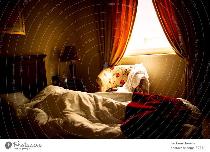 Penner Erholung Sonne Lampe Sessel Bett Schlafzimmer Blume schlafen träumen kuschlig weich Müdigkeit Frieden Gardine verschlafen Hotel Decke Farbfoto