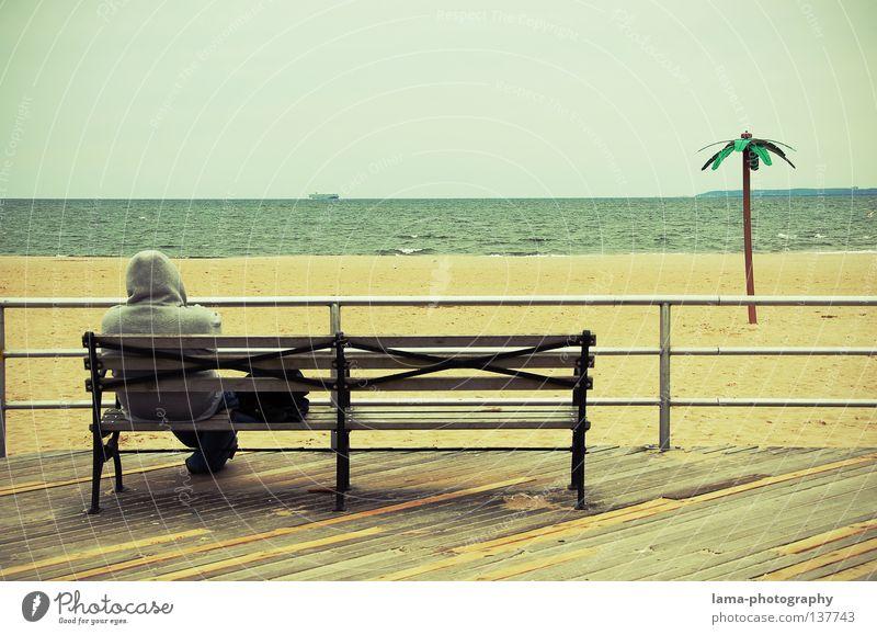Strandgeschichten Mann Wasser Meer Strand Ferien & Urlaub & Reisen ruhig Einsamkeit Erholung Denken Sand Landschaft Wasserfahrzeug Küste Wellen Zeit Horizont
