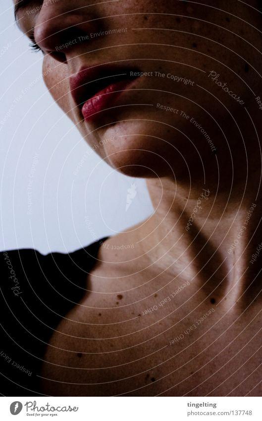 schläfchen Frau feminin Lippen Wimpern Schatten dunkel ruhig nah Gesicht Hals Mund Nase