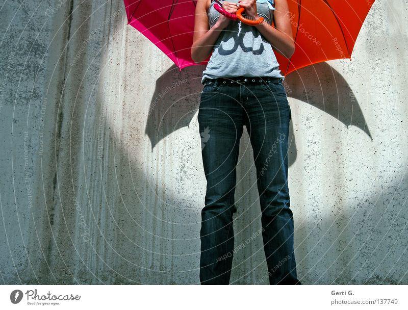 Flugzoig Frau Mensch Wand grau Mauer orange 2 Zufriedenheit Arme rosa fliegen Flugzeug paarweise verrückt Flügel Streifen