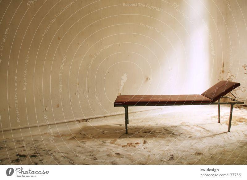 SCHLAFPLATZ Raum Mauer Wand dreckig trist braun grau weiß Vergänglichkeit Liege Gestell verfallen Pritsche veraltet beige Behandlungszimmer schäbig Farbfoto