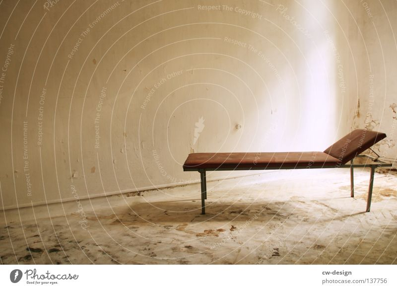 SCHLAFPLATZ weiß Wand grau Mauer braun Raum dreckig trist Vergänglichkeit Liege verfallen schäbig beige veraltet Gestell