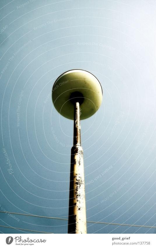 UFOlaterne Laterne Straßenbeleuchtung Glühbirne Elektrizität gelb Tschechien Verkehrswege Strommast Kabel Himmel blau Rost tschechei