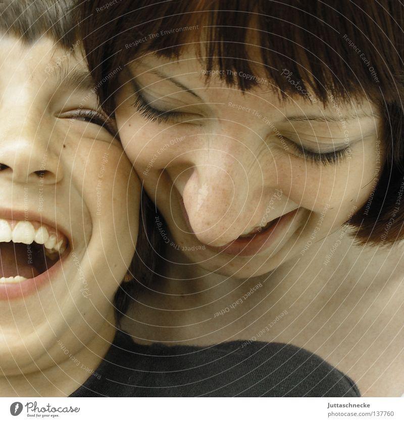 Brüderlein und Schwesterlein Frau Kind Familie & Verwandtschaft Mädchen Freude Liebe Junge lachen Zusammensein lustig Küssen Vertrauen berühren Schönes Wetter Zärtlichkeiten Kuscheln