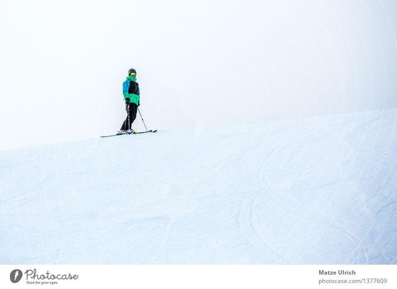 Skier between heaven and earth Mensch Himmel Jugendliche Mann Junger Mann Winter 18-30 Jahre Erwachsene Berge u. Gebirge Schnee Sport maskulin Eis