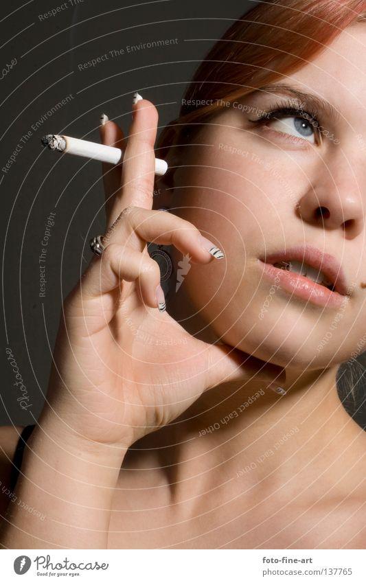 Rauchen Frau rot Zigarette Romantik Studioaufnahme Hand Finger Schminke Fingernagel Wimpern Denken Auge Blick Haare & Frisuren Hals Haut Augenbraun nachdenken