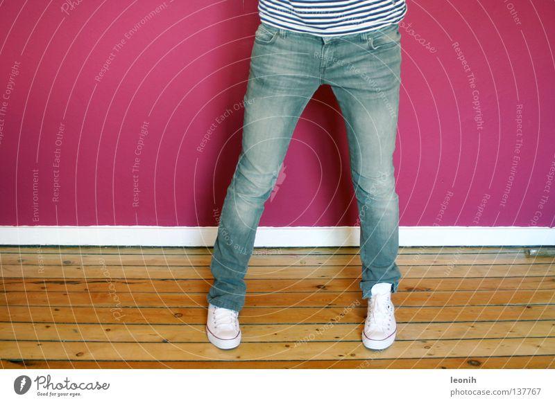 Röhrenjeans & Chucks Frau Jugendliche Stil Fuß Schuhe Beine rosa Bekleidung Coolness Jeanshose stehen Hose Turnschuh lässig