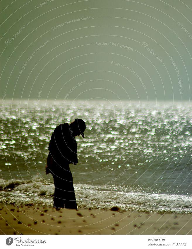 Steinsucher Strand Meer Küste Mann Suche finden Muschel Strandgut Ferien & Urlaub & Reisen Erholung Farbe Sand Wasser Himmel Mensch Natur