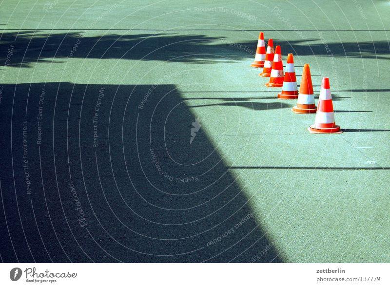 Pylone Hut Verkehrsleitkegel Straßenverkehr Umleitung Regel Verkehrszeichen hintereinander rot-weiß Asphalt Sommer Verkehrswege Kommunizieren Straßennamenschild