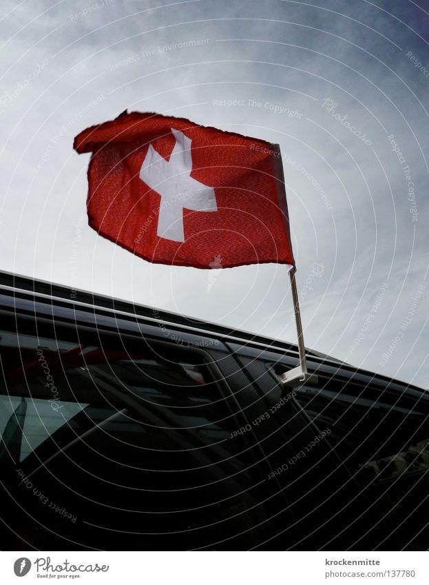Hopp Schwiiz! | Allez la Suisse! | Forza Svizzera! Himmel weiß rot PKW Fahne Schweiz Stolz wehen flattern Patriotismus Nationalflagge Schweizerflagge Eidgenosse