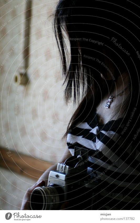 Leise Frau Rockabilly Fotografie analog dunkel halbdunkel Licht schwarz Steckdose Tapete Freizeit & Hobby schön Mittelformat Sucher Konzentration gestreift
