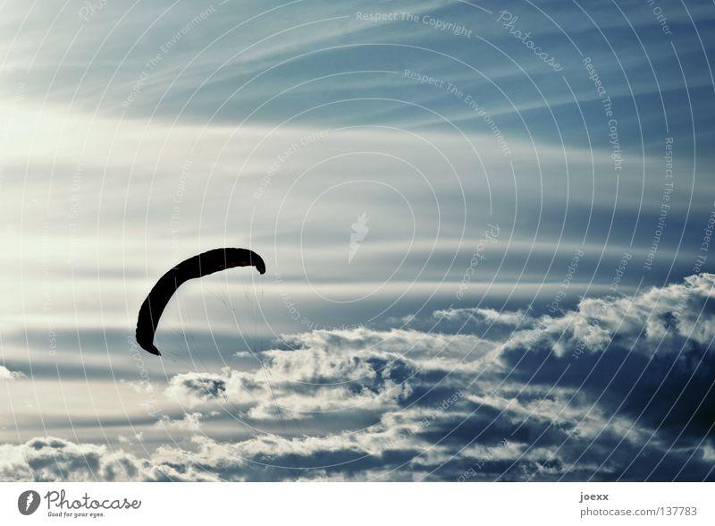 Schirmherrschaft Himmel blau Wolken Sport Freiheit fliegen frei hoch Luftverkehr Niveau Freizeit & Hobby Fallschirm festhalten Kontrolle Drache aufsteigen