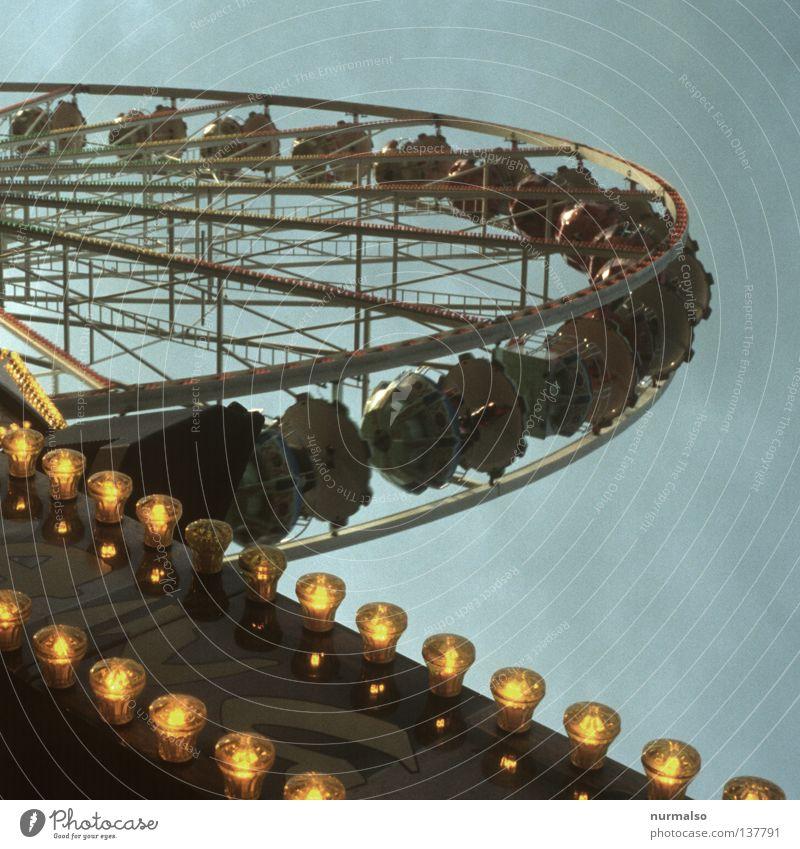 Heut ist Rummel Jahrmarkt Karussell Riesenrad drehen Glühbirne laut Zuckerwatte Bratwurst Losbude Achterbahn Kick Freude Freizeit & Hobby Club Schwindelgefühl