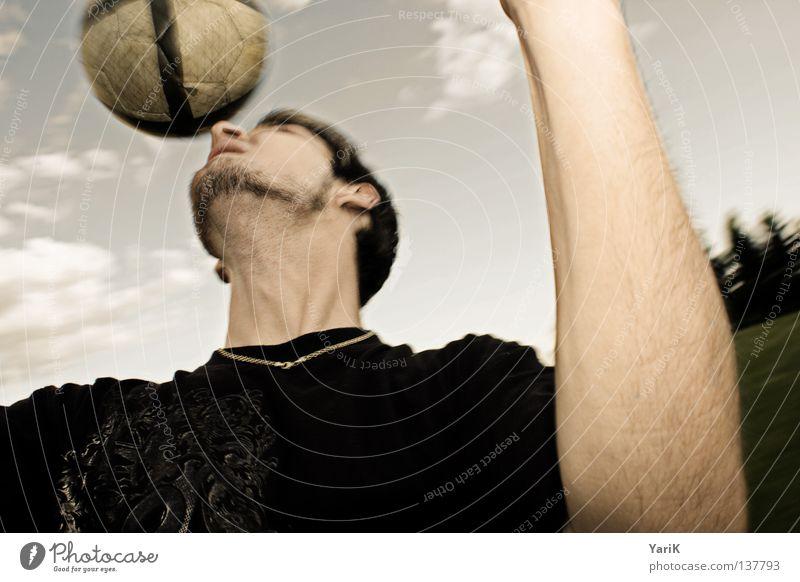 headshot Fußballer rund Hand Kopfball Bart T-Shirt schwarz Wolken Aktion Fußballplatz Weltmeisterschaft üben Konzentration Kollision Aufschlag Stirn beweglich