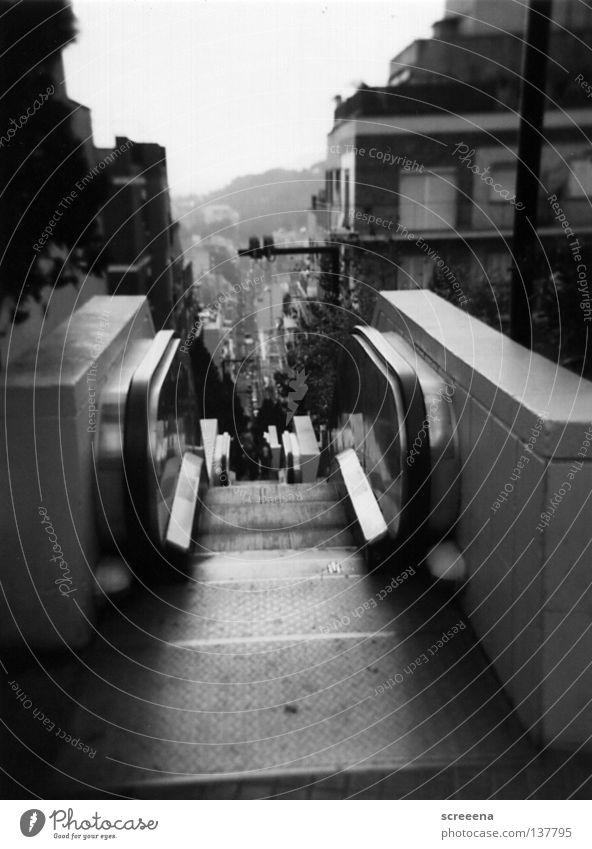Hiding On The Staircase Rolltreppe Holga Barcelona grau weiß Dezember Physik Stadt schwarz Wahrzeichen Denkmal BCN Wärme Treppe