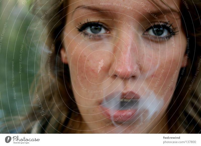 Schall und Rauch Gefühle Hoffnung Porträt Zigarette Morgen Sog Rauchen verboten Fernsehen vergessen Nahaufnahme atmen Luft ruhig Zeit Jugendliche Konzentration