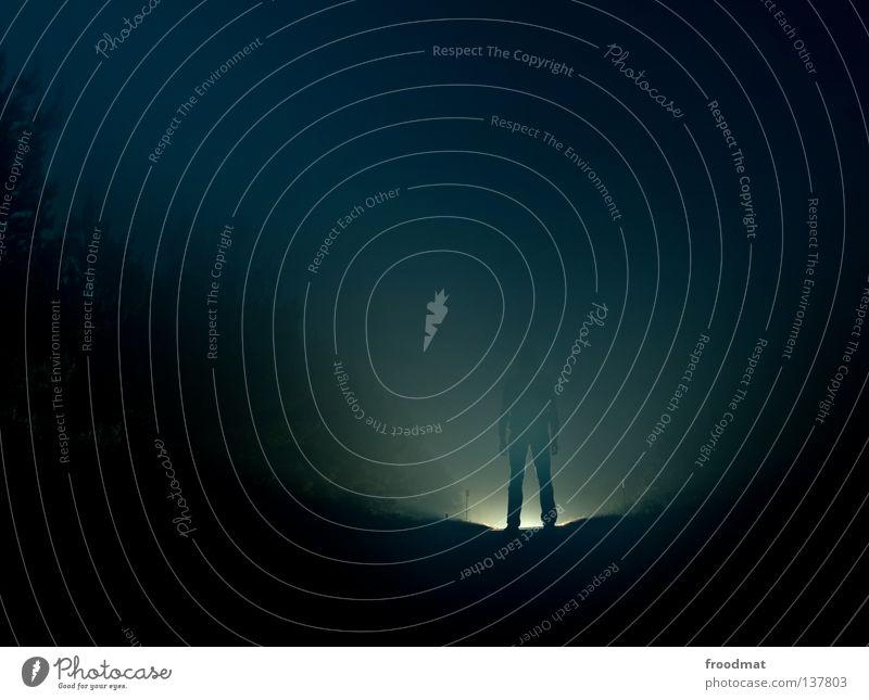 e.t. Mensch blau Straße Wald kalt hell Kraft planen Nebel Elektrizität Coolness Macht Zukunft bedrohlich Kontakt