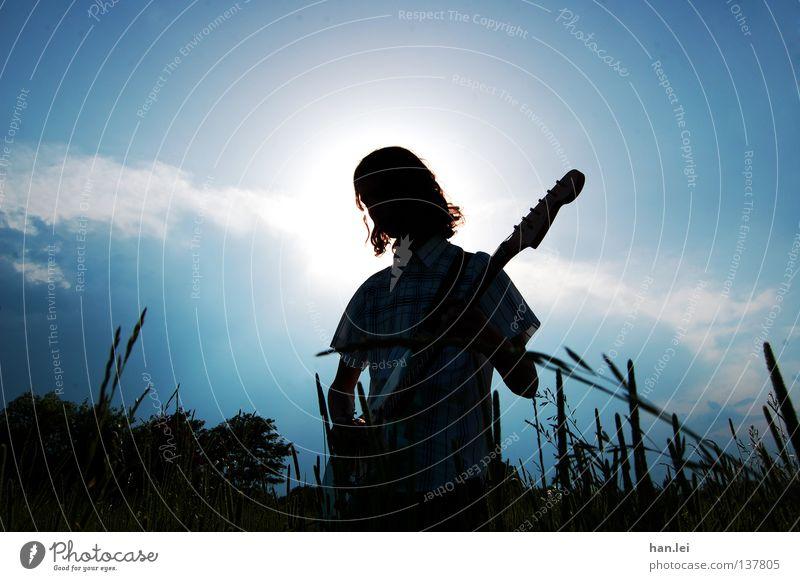 Rock 'n' Roll Jesus Mensch Himmel Mann Jugendliche blau Sonne Sommer Erwachsene Wiese Spielen Musik Beleuchtung Feld Rockmusik Gitarre heilig