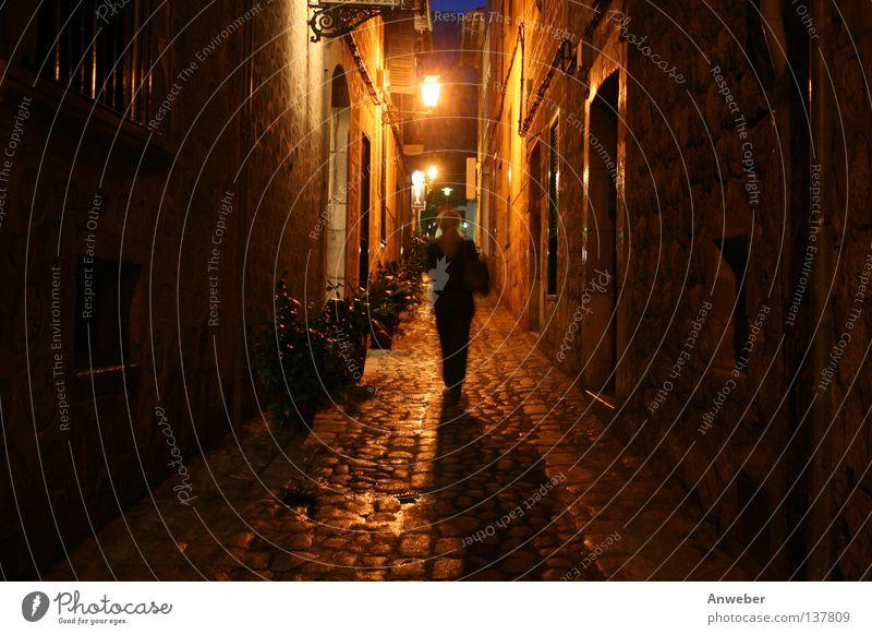 Frau nachts allein unterwegs in Gasse in Soller, Mallorca Nacht Spanien Ferien & Urlaub & Reisen eng dunkel gefährlich Romantik gehen Spaziergang Laterne