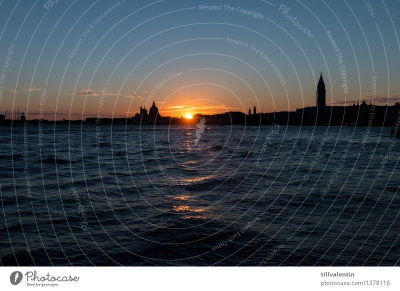 Sundown in Venice No. 3 Stadt blau Wasser Meer rot Haus gelb gold Kirche Europa Italien Dach Turm Skyline Wahrzeichen Denkmal