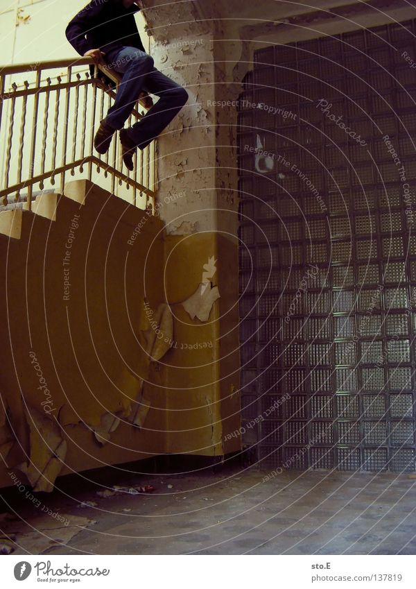 TREPPENHAUS Kerl Körperhaltung Treppenhaus Haus Stahl Eisen Fußtritt treten Wand verfallen Verfall Unbewohnt Tod ausgestorben festhalten hoch Baustein