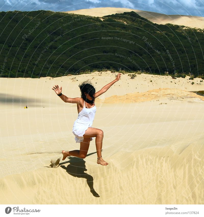 Jump! Farbfoto Außenaufnahme Textfreiraum oben Tag Licht Sonnenlicht Zentralperspektive Freude Spielen Abenteuer Freiheit Sommer Strand feminin Junge Frau