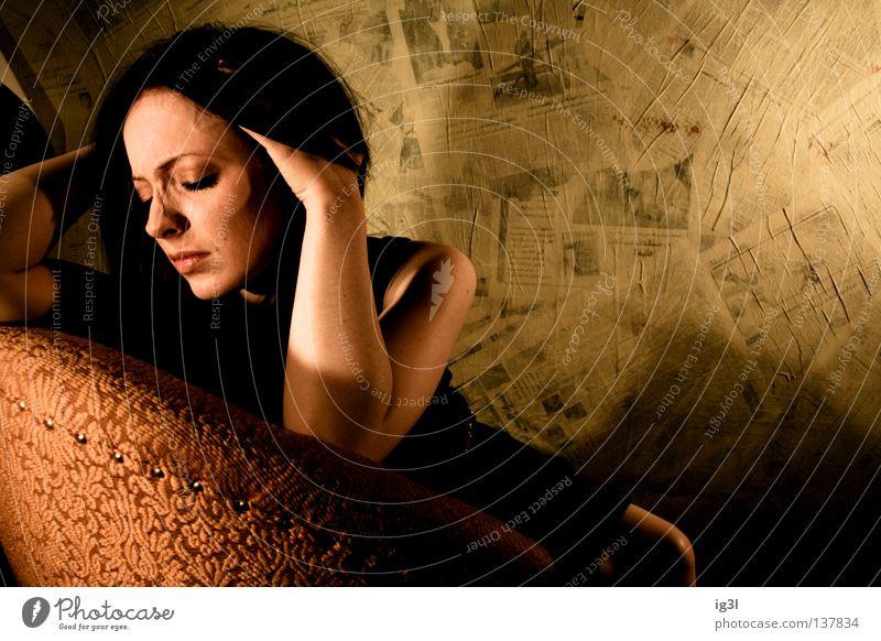 •u†op¡a• Sehnsucht Gefühle träumen Mensch Frau feminin Sessel Einsamkeit Erinnerung Nervenzusammenbruch Trauer Verzweiflung wirklich Denken Gedanke