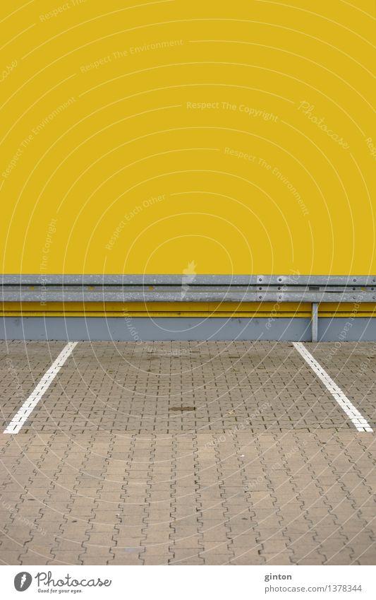 Parkplatz mit Leitplanke Platz Gebäude Architektur Mauer Wand Fassade Verkehr Autofahren Stein Metall Schilder & Markierungen Symmetrie parken Schutzplanke