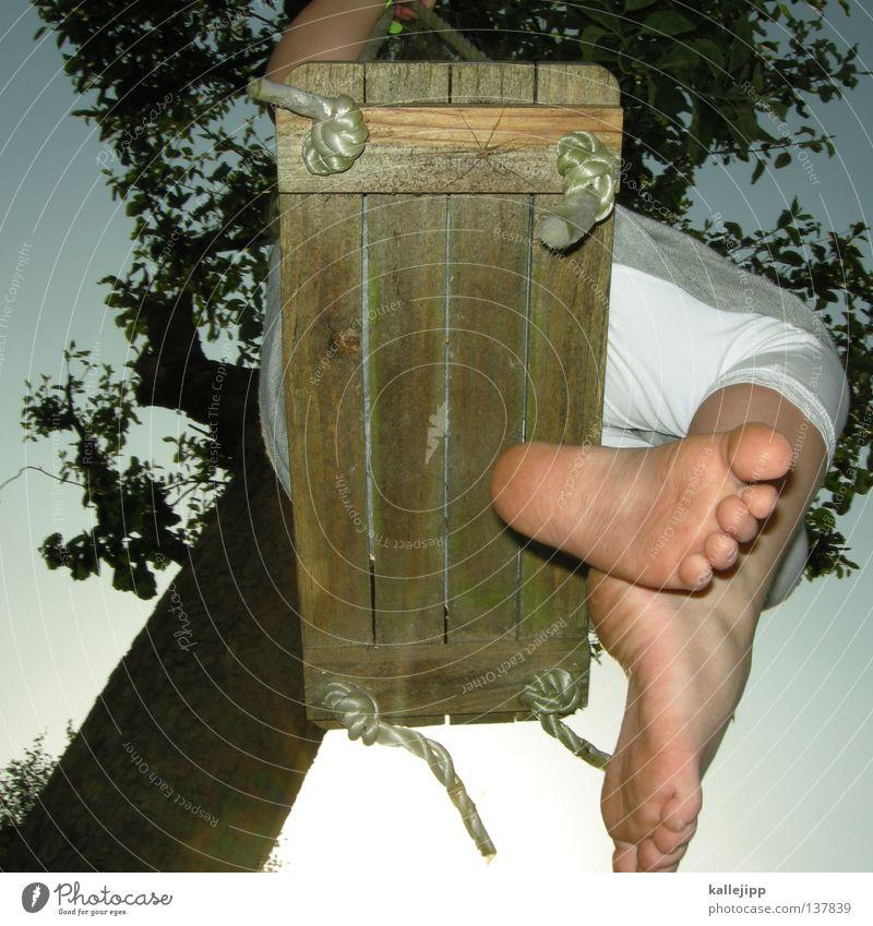 lass die sonne rein Schaukel Sommer Kind Barfuß Swing Baum Gegenlicht Froschperspektive Zehen Kleid Mädchen Holz Holzmehl Spielen Befestigung Wachstum