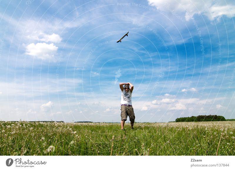 kommt ein skateboard geflogen......... Himmel Mann Natur Jugendliche blau grün Sommer Blume Wolken Farbe Ferne Wiese Landschaft Gras Wärme springen