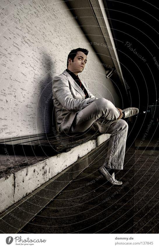 *1906 - wartebank Mann weiß schwarz Erholung dunkel Wand Holz Haare & Frisuren hell Schuhe sitzen dreckig warten Seil Bodenbelag Bank