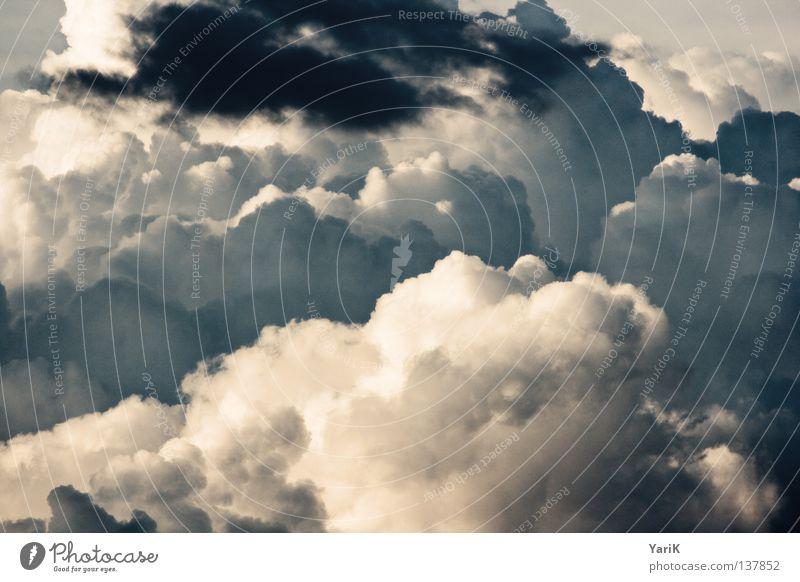 aufbrausend Himmel blau Sonne Wolken Ferne dunkel Regen Wetter Wind Horizont Flugzeug fliegen groß Luftverkehr Frieden Bildung
