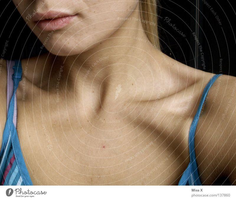 SCHLÜSSEL(bein)REIZ Frau Jugendliche Erwachsene Erotik blond Haut Mund 18-30 Jahre weich Kleid Lippen dünn zart Hals sanft Skelett