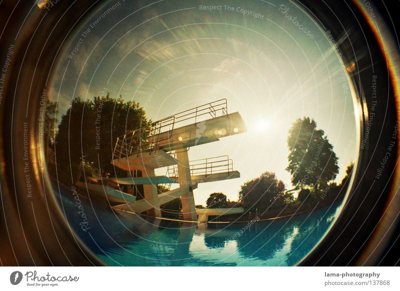 LET THE SUNSHINE IN Sprungbrett Freibad Schwimmbad Gegenlicht Sonne Sommer leer geschlossen Fischauge rund Weitwinkel analog Wasser Becken Schönes Wetter Himmel