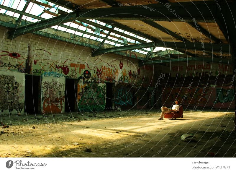LESSER BEBEN! III Krimskrams Dinge unordentlich Müll Bauschutt kaputt verfallen Loft grau trist mehrfarbig Sessel Schmiererei Erholung ruhig Pause Einsamkeit