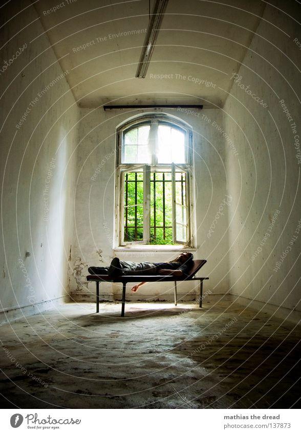DER PATIENT Liege dunkel bedrohlich Gitter Fenster gebrochen Einsamkeit Hoffnung Raum Lampe Froschperspektive Bett schlafen Sofa Gestell streben Eisen gekrümmt