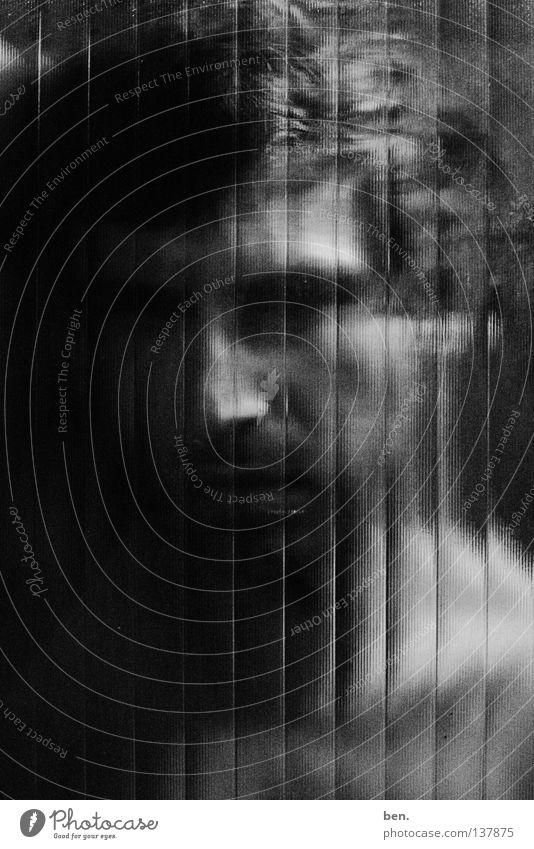 Protagonist, im Halbdunkel, hinter Glas halbdunkel Porträt Hauptdarsteller Trennung aufgeschnitten unentschlossen gesplittert Schwarzweißfoto Verglast Zerteilt