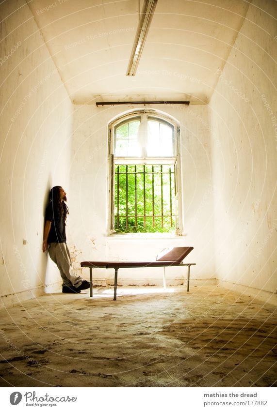 UNGEDULD Mensch Mann alt schön Sonne Einsamkeit ruhig Erholung Tod dunkel Fenster Wand Denken Beine Lampe Linie