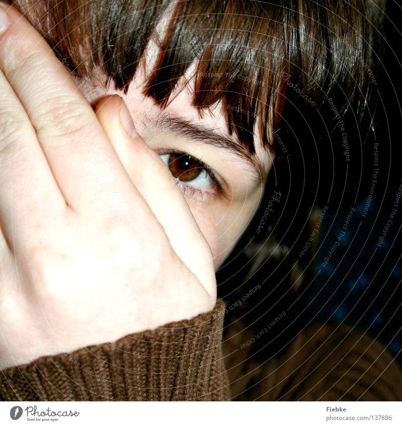 Siehst mich nicht! Hand Jugendliche Freude Gesicht Auge Spielen Haare & Frisuren braun hell Angst Haut Finger geheimnisvoll Jacke verstecken Pullover