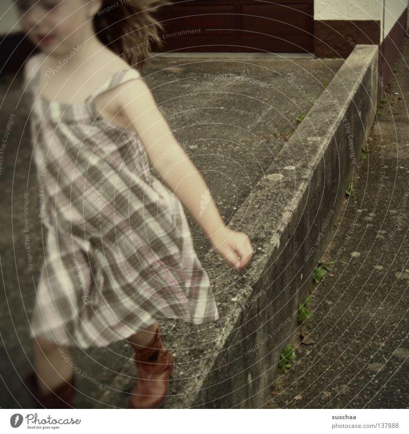 balanceakt Kind Mädchen schön Freude Straße Spielen Bewegung Mauer laufen Perspektive Kleid Konzentration Verkehrswege Gleichgewicht Laufsteg Autobahnauffahrt