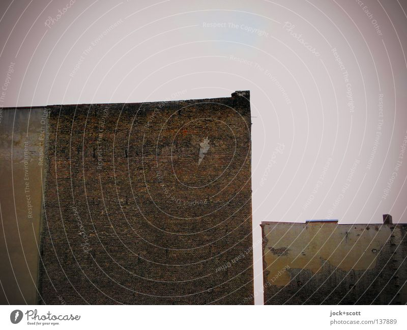 David gegen Goliath Himmel Kreuzberg Stadthaus Brandmauer Stein Backstein ästhetisch eckig einfach groß klein trist Wut braun Stimmung Sicherheit standhaft