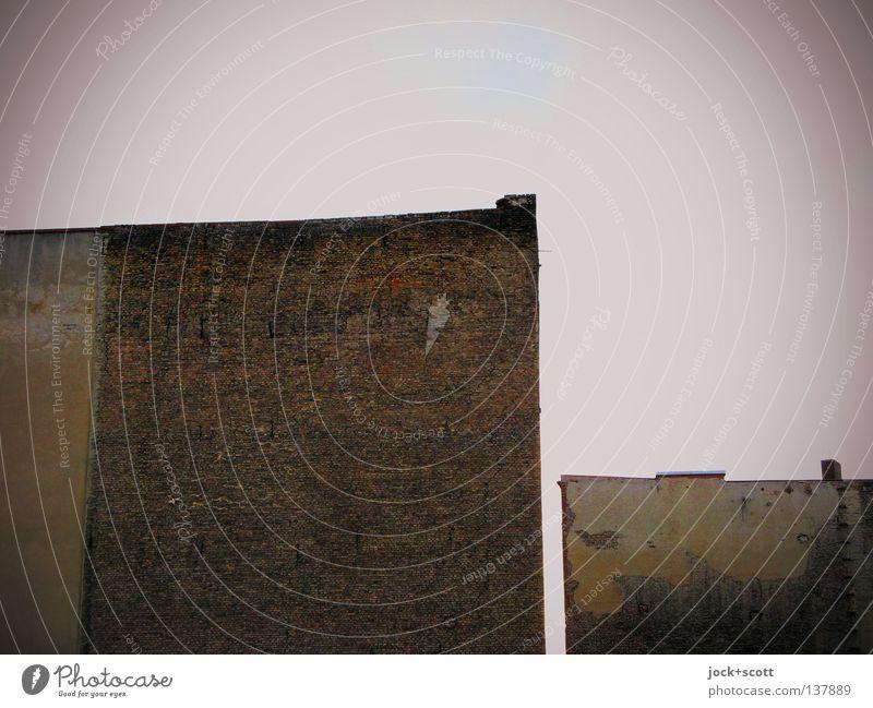 David gegen Goliath Stadt Haus Gebäude klein Stein groß leer ästhetisch Aussicht Sicherheit Wut Verfall Backstein Grenze Material skurril