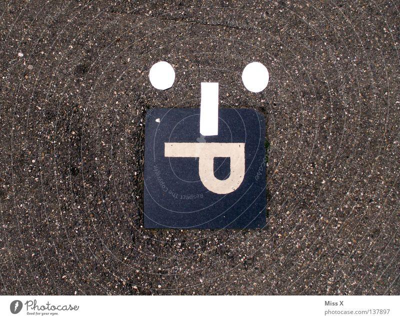 :-P Farbfoto Platz Straße Beton Schriftzeichen Schilder & Markierungen lustig 50 Parkplatz parken Smiley Teer Straßenbelag Buchstaben Smilies Zunge Gehsteig