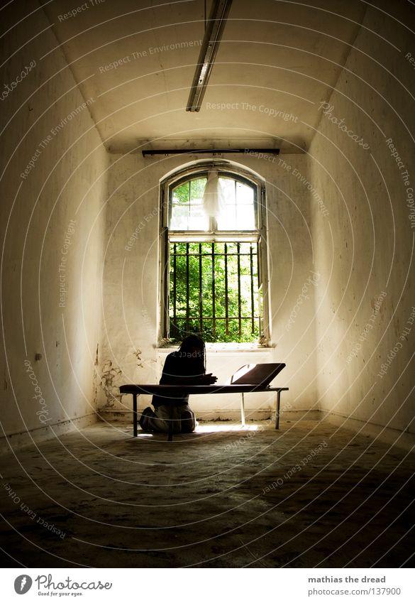 ...LETZTE HOFFNUNG...GOTT... Liege dunkel bedrohlich Gitter Fenster gebrochen Einsamkeit Hoffnung Raum Lampe Froschperspektive Bett schlafen Sofa Gestell