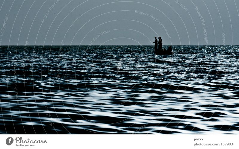 Drei Mann in einem Boot driften Angeln Arbeit & Erwerbstätigkeit Wasserfahrzeug eng Fischer Fischerboot hart Horizont klein Meer Morgen ruhig See