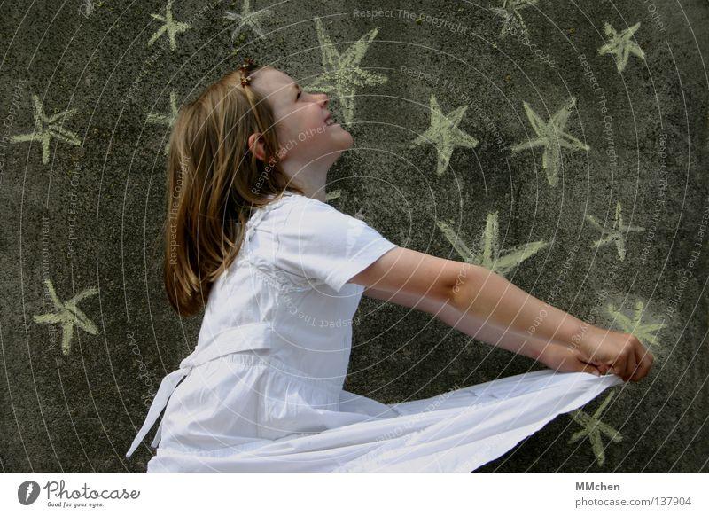 Sternenfänger Kind Himmel weiß Mädchen Freude Einsamkeit dunkel Religion & Glaube lachen Arme Stern (Symbol) Kleid streichen Vertrauen Glaube fangen