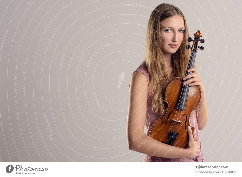 Attraktiver junger Musiker, der ihre Violine hält Mensch Frau Jugendliche Mädchen Gesicht Erwachsene Freizeit & Hobby 13-18 Jahre Lächeln Studium Beruf Konzert