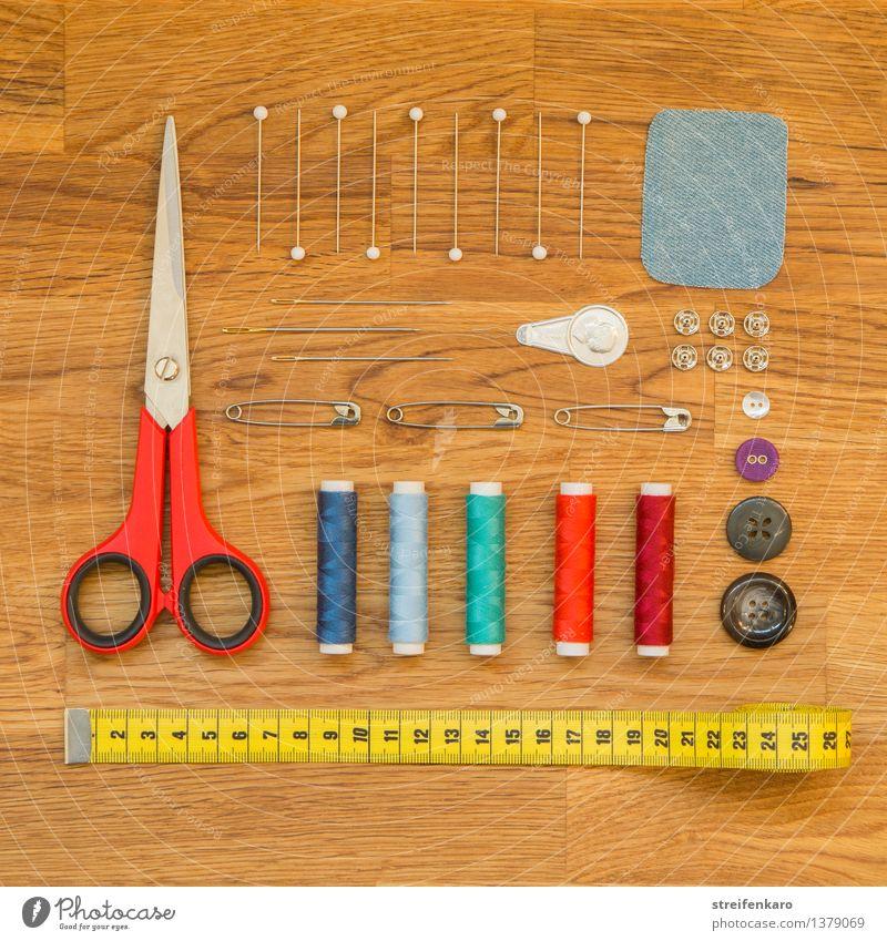 Nähutensilien, ordentlich angeordnet auf einem Holztisch Design Freizeit & Hobby Handarbeit Arbeit & Erwerbstätigkeit Beruf Schneider Arbeitsplatz