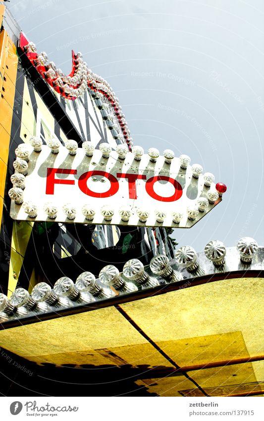 FOTO Fotografie Jahrmarkt Vergnügungspark Lightshow Werbung Information Typographie Richtung Glühbirne Schießbude Freude Spielen Buchstaben Schriftzeichen