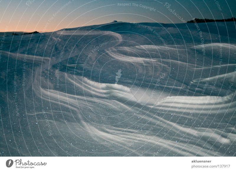 shades of snow Verlauf Villach kalt feucht Sandverwehung Wellen Sonnenaufgang Außenaufnahme Winter Berge u. Gebirge Himmel blau orange Dobratsch Schnee glänzend